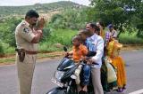 Cảnh sát Ấn Độ chân thành cầu nguyện cho người dân lái xe quá tải