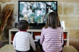 Mỗi ngày xem TV hơn 1 tiếng sẽ ảnh hưởng nghiêm trọng đến IQ của trẻ