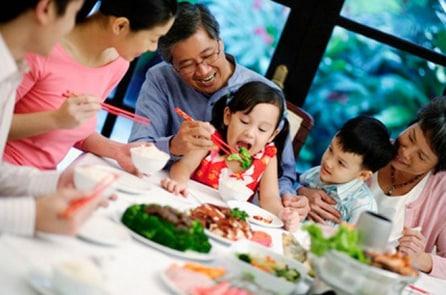 Phân biệt trẻ em Việt – Mỹ – Hàn trên bàn ăn