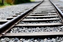 Vì sao phải rải đầy đá trên đường ray xe lửa?