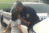 ông bố cảnh sát hôn con gái dưới mưa