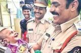 Em bé 4 tháng tuổi cười rạng rỡ khi được cảnh sát cứu mạng