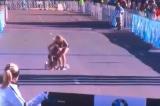 Hình ảnh ấm áp tình người trong cuộc thi marathon ở Mỹ