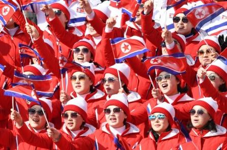 """Hoạt náo viên Bắc Hàn """"vô tình"""" cổ vũ cho vận động viên Mỹ"""