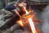 'Siêu nhân Armenia' dùng tay chạm vào dòng kim loại đang nóng chảy