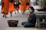 Một người ăn xin cụt tay tới một ngôi chùa, cầu xin sư trụ trì giúp đỡ.
