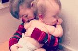 Cảm động: anh trai ru em bé sơ sinh đang ốm ngủ