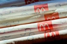 McDonald sử dụng ống hút giấy để bảo vệ môi trường