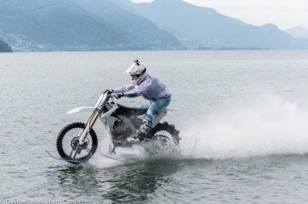 Video: Chạy trên mặt hồ với tốc độ 75km/h bằng… xe mô-tô
