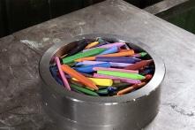 Bút sáp màu sẽ phản ứng ra sao khi bị bỏ vào máy ép thủy lực?