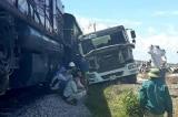 Nghệ An: Thêm tai nạn đường sắt, xe bồn tông tàu chở hàng đang chạy