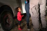 Hình ảnh bé gái nhập cư tách mẹ gây sốt trên mạng là Fake News
