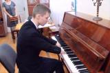 Chàng trai không có ngón tay bị bỏ rơi trở thành nghệ sĩ piano
