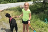 Cô  bé 11 tuổi ân cần giúp đỡ 2 người lạ gặp nạn trên đường