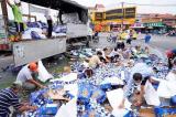 Tiền Giang: Người dân gom bia bị đổ ra đường giúp tài xế