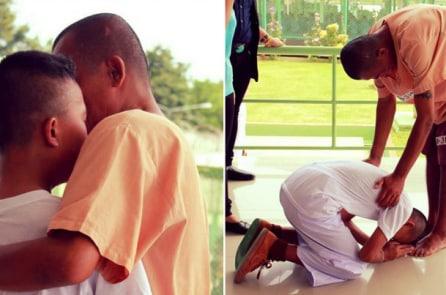 Con trai bật khóc và quỳ xuống trước người cha là tù nhân