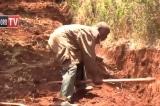 Người đàn ông Kenya đào đường xuyên rừng để dân làng không phải đi xa