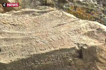 Thị trấn Pháp treo giải 2000 EUR cho ai giải được văn tự bí ẩn khắc trên đá