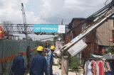 Cần cẩu dự án chống ngập 10.000 tỷ đồng đổ sập xuống nhà dân