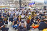 Người Hồng Kông tập trung tại sân bay, nói sự thật với du khách quốc tế