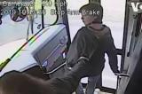 Tài xế xe buýt Mỹ nhanh tay kéo cậu học sinh tránh tai nạn