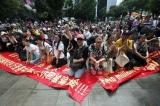 Người TQ tại Malaysia than khóc bị lừa đảo và hát quốc ca kêu oan