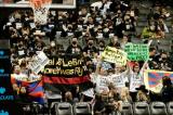 Khán giả biểu tình chống Trung Quốc trong trận bóng rổ NBA