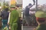 Người đàn ông nhảy lên xe công vụ chặt quất cảnh bị tịch thu