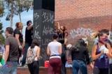 Nhiều người Mỹ tình nguyện dọn dẹp thiệt hại do những kẻ bạo loạn gây ra